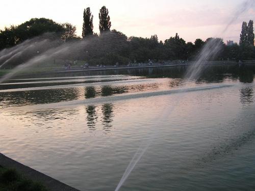 Przed zmrokiem - Pola mokotowskie #PolaMokotowskie #fontanna #zmrok #zmierzch #woda #tryskanie #ZachódSłońca