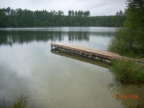 Jezioro No�ynko-pi�knie po�o�one w lesie.