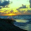 Zachód słońca nad morzem karaibskim (zdjęcie wykonane analogowym Canonem dawno temu) #morze #ZachódSłońca #wybrzeże #karaiby #Kuba #niebo #chmury #widok