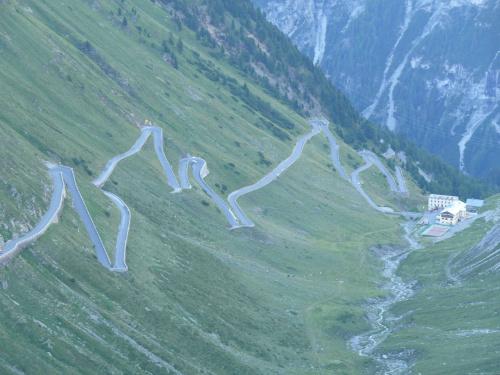 Podjazd od strony południowo-wschodniej liczy 21,5 kilometra przy średnim nachyleniu 7,1 procent (różnica wysokości to 1533 metry) #PassoDelloStelvio